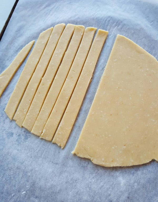 Cutting cheese straws