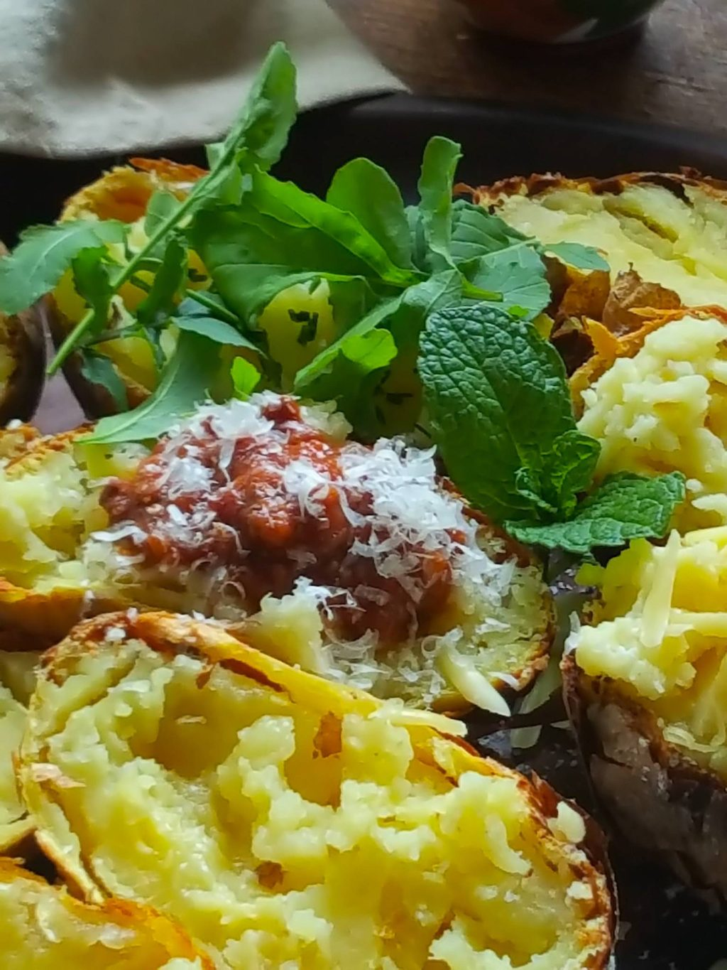 Jacket-baked potatoes with Bolognese sauce & rocket